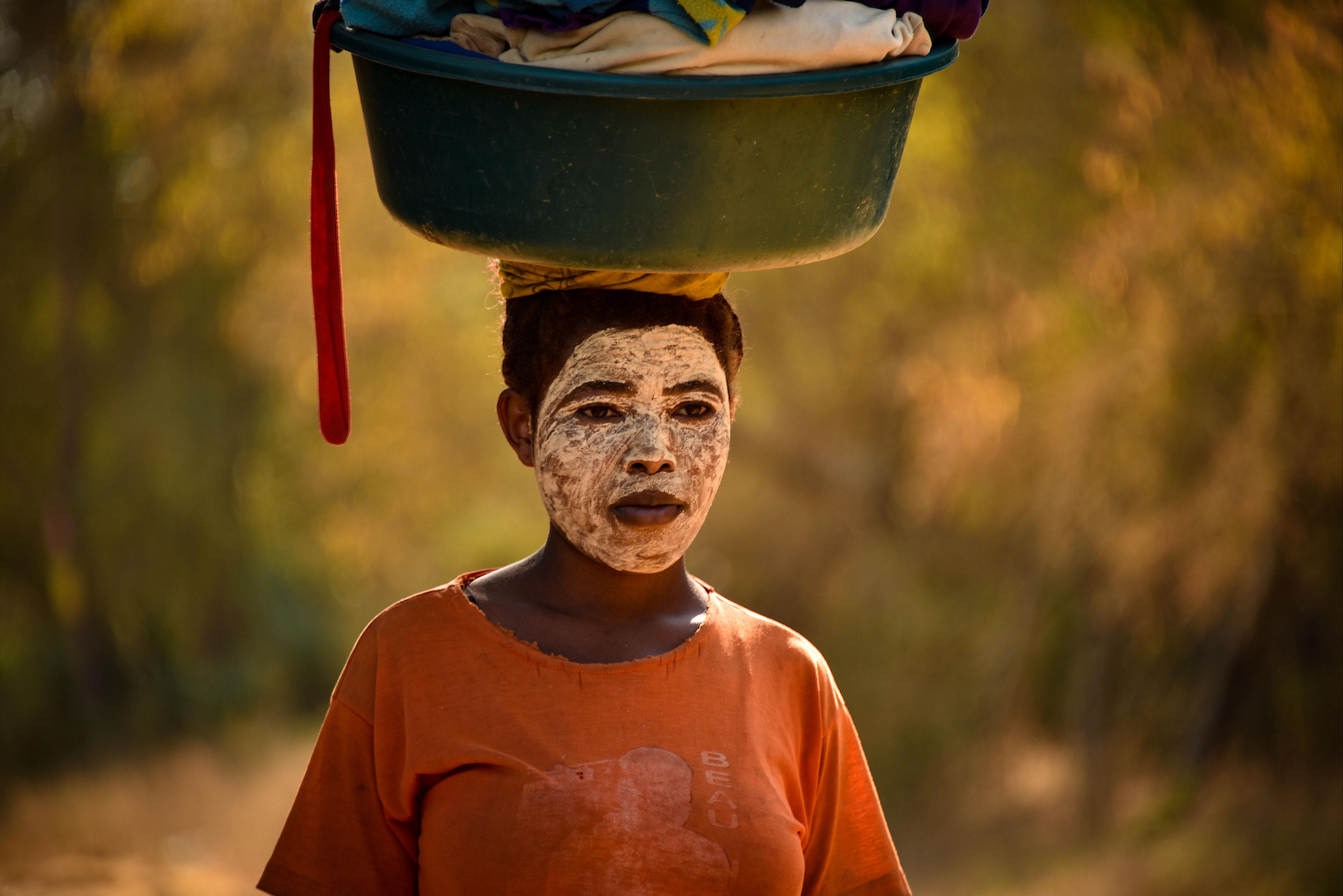 Femme malgache avec ocre sur le visage